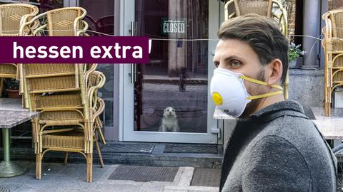 Bildcollage: Mann mit Mundschutz vor einem geschlossenen Restaurant