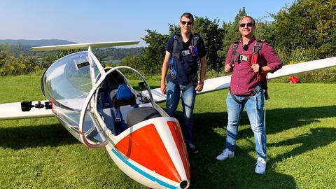 Tobias Kämmerer vor einem kleinen Flugzeug.
