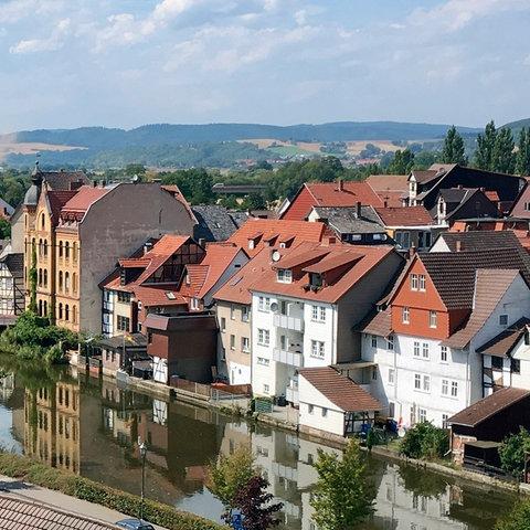 """Eschwege: Blick auf Werrabrücke und """"Brückenhausen""""."""
