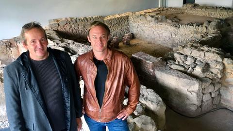Tobi Kämmerer (rechts) mit dem Kreisarchäologen Dr. Jörg Lindenthal im Römerbad in der Friedberger Burg.