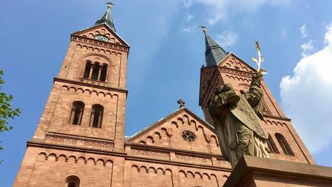 Blick auf die neoromanische Westfassade der Kirche St. Marcellinus und Petrus (Einhardbasilika) in Seligenstadt.