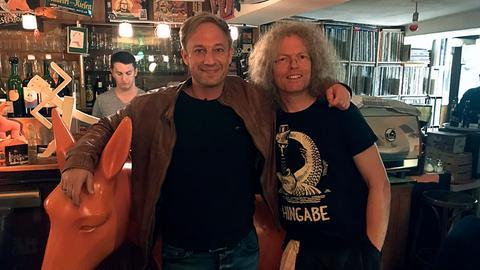 Tobi Kämmerer (links) mit Jens Hoffmann im Café Vinyl.