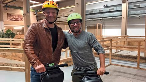 Tobi Kämmerer (links) mit Mario Silbermann in seinem Indoor-Segway-Park.