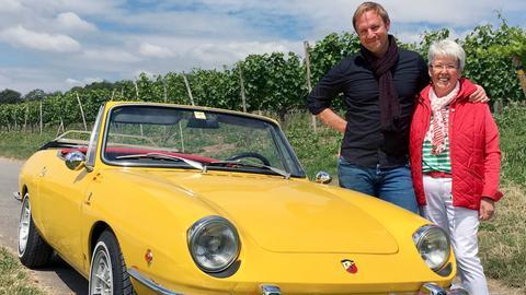 Tobias Kämmerer mit Ulrike Berz vor ihrem Fiat Spider.
