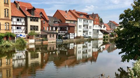 Die Werra fließt durch die Innenstadt von Eschwege.