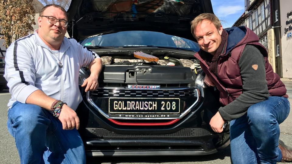 """Tobi Kämmerer (rechts) mit Manuel Dörbandt und seinem """"Goldrausch 208""""."""