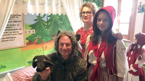 """""""Wolf"""" Tobi Kämmerer mit Johanna Mildner (hinten) und """"Rotkäppchen"""" Anna im Märchenhaus."""