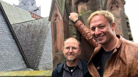 Tobi Kämmerer (rechts) mit Küster Bodo Jaekel auf den Türmen des Wetzlarer Doms.
