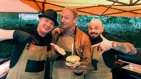 Tobias Kämmerer (Mitte) mit den Brüdern Alexander (links) und Christian Kadesch vom Restaurant Zum Haubental.