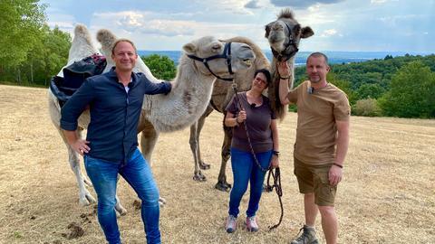Tobi Kämmerer mit Frank und Alexandra Messing und zwei Trampeltieren der Kisselmühle.