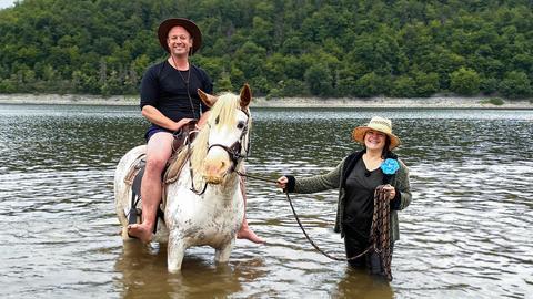 Moderator Tobi Kämmerer sitzt auf einem Pferd.