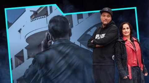 Heike Borufka und Basti Red stehen Rücken an Rücken. Neben ihnen ein Mann von hinten mit einem Handy am Ohr, der nach oben Richtung Balkon schaut.