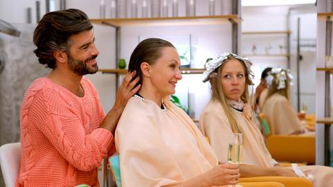 Maria (Gerti Drassl, M.) erzählt Nicoletta (Nina Proll, r.) und Francesco (Xaver Hutter, l.), dass sie ihrem Mann Georg nachspioniert hat.