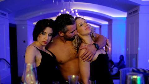 Milo, Caroline und Nicoletta halbnackt in einer Barr.