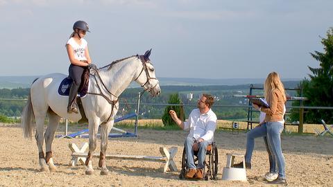 Timo Ameruoso erklärt der Pferdebesitzerin wie sie sich verhalten soll.