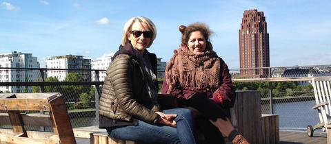 Astrid Sic und Maria Stähle von der hr-Komparserie
