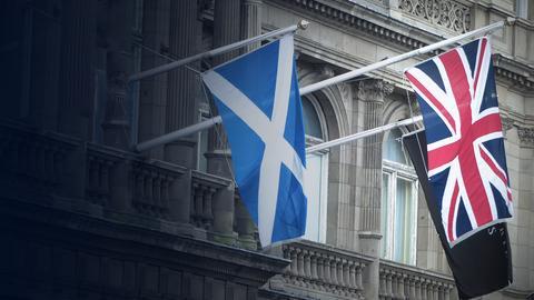 Die Schottische und die Flagge von Großbritannien an einer Hauswand