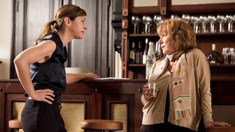 Annette (Ulrike C. Tscharre, li.) muss nicht nur um das Hotel kämpfen, sondern auch mit ihrer eigensinnigen Mutter Hermine (Hannelore Hoger).