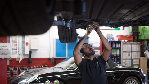 Mechaniker arbeitet an einem Auto.
