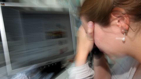 Das Symbolfoto zeigt eine Frau vor einem Computer-Bildschirm.