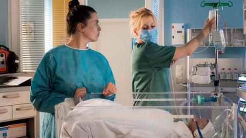 Nadine Heller (Julia-Maria Köhler, li.) ist ununterbrochen bei ihrem neugeborenen Baby. Dr. Ina Schulte (Isabell Gerschke, re.) rät ihr, sich mal ein bisschen auszuruhen, doch Nadine kann und will ihre Tochter nicht allein lassen.