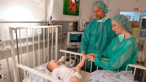 Bangen um ihren Sohn Clemens (Emil Eberhardt, l.), der an einer seltenen Autoimmunerkrankung leidet: Karola Koenig (Katja Studt, r.) und Stefan Hagen (Jochen Horst, M.).