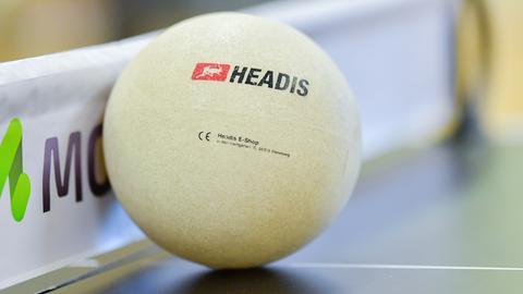 Ein spezieller Ball für die Sportart Headis liegt auf einer Tischtennisplatte.
