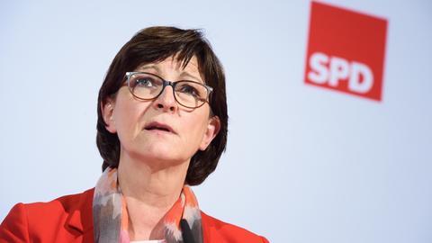 Saskia Esken, Bundesvorsitzende der SPD, spricht während einer Pressekonferenz im Rahmen einer Klausurtagung des SPD-Parteivorstandes zu den anwesenden Journalisten. Esken will aus der Coronavirus-Krise Lehren für die Zukunft ziehen.