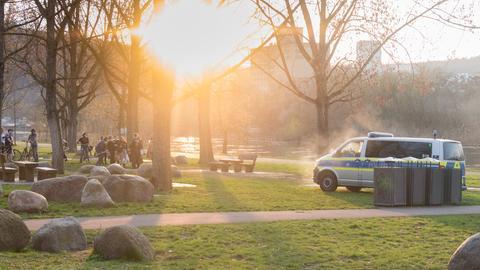 Polizisten kontorollieren am Grillplatz um die Bevölkerung aufzuklären. Wegen des Coronavirus' beziehungsweise dessen Eindämmung gilt es, soziale Kontakte und Gruppen zu meiden und ausreichend Abstand zueinander zu halten.