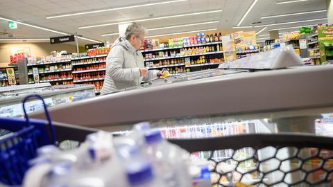 Eine Rentnerin kauft in einer Supermarkt-Filiale ein. Der Markt hat in Zeiten des Coronaviruses zwischen 7 und 8 Uhr für Senioren und Menschen mit Unterstützungsbedarf geöffnet.