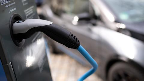 Ein Elektroauto (BMW I3) wird an einer Ladesäule geladen.