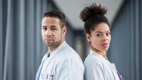 Matteo Moreau (Mike Adler, l.) und Vivienne Kling (Jane Chirwa, r.)