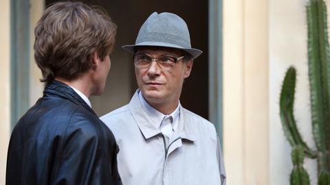 Johann Rummel (Max Bretschneider, li.) führt in Chile das letzte Interview mit Erich Honecker (Martin Brambach).