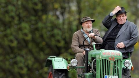 Endlich zu Hause: Pfarrer Braun (Ottfried Fischer) und seine Haushälterin Margot Roßhauptner (Hansi Jochmann) begutachten ihr neues bayerisches Gotteshaus.
