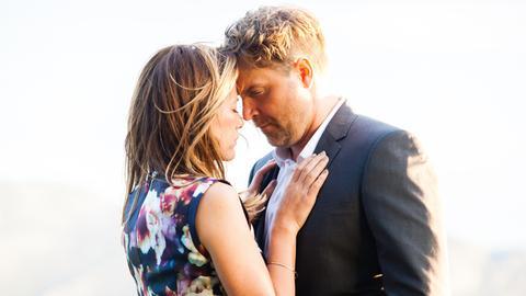 Zwischen Rosa (Alexandra Neldel) und Mark (Janek Rieke) kommt es zu einem Kuss.