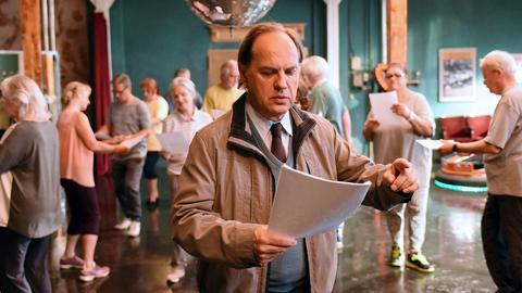 Joachim (Uwe Ochsenknecht) kann Walzer tanzen, Multitalent Martha (Sonia Diaz) alles! Hans (Herbert Knaup) schaut zu.