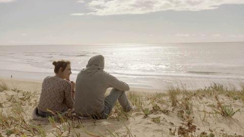 Jule (Mala Emde) und Jan (Anton Spieker) erreichen das Meer.