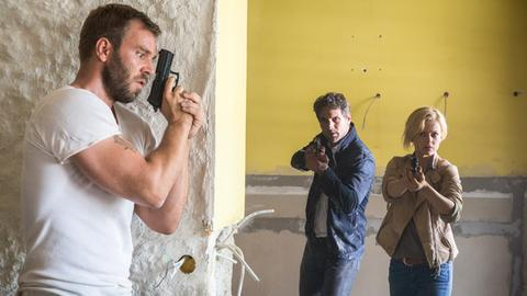 Showdown: Henning Taut (Dominic Boeer, l.) versteckt sich vor Lukas Hundt (Oliver Franck, M.) und Kristina Katzer (Isabell Gerschke, r.).