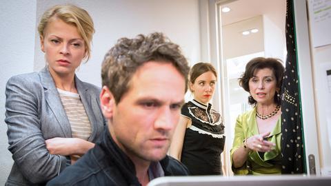 Die Kommissare Kristina Katzer (Isabell Gerschke, l.) und Lukas Hundt (Oliver Franck, 2.v.l.) ermitteln, kritisch beobachtet von Mia Schramm (Carolin Haupt, 2.v.r.) und Carla Mittelstedt (Marijam Agischewa, r.).