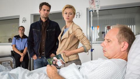 Lukas Hundt (Oliver Franck, l.) und Kristina Katzer (Isabell Gerschke, 2.v.l.) befragen im Beisein der Krankenschwester (Runa Pernoda) Werner Kühn (Michael Lott, r.). Hat Kühn seine Tochter ermordet?