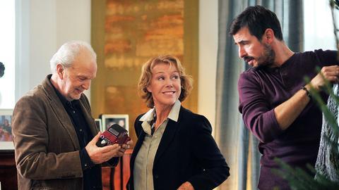 Elli (Gaby Dohm) will den Heiligen Abend sowohl mit Ex-Mann Robert (Michael Gwisdek) als auch mit ihrem neuen Liebhaber Micha (Claes Kasper Bang, re.) verbringen.