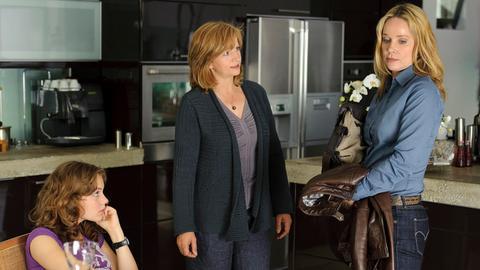 Kathrin Liebner (Johanna Gastdorf, Mitte) gefällt es nicht, dass die Lehrerin Ines (Ann-Kathrin Kramer) auch privat den Kontakt zu ihrer Tochter Clara (Alicia von Rittberg) sucht.