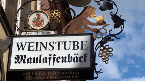"""Der """"Maulaffenbäck"""" im Herzen der Altstadt: Sein Wahrzeichen ist ein Affe mit einem Römerglas in der Hand."""