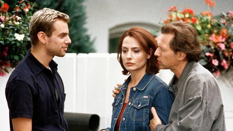 Friedrich Schrader (Stephan Schwartz, re.) ist wütend auf Rilke (Sebastian Feicht), der sich Hals über Kopf in seine Frau Annabelle (Simone Thomalla) verliebt hat.