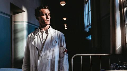 Oberarzt Dr. Artur Waldhausen (Artjom Gilz) soll sich mit einer Tuberkulose-Studie an behinderten Kindern profilieren. Da er die nationalsozialistische Ideologi verinnerlicht hat, stellt dies für ihn keinen nennenswerten Gewissenskonflikt dar. Doch dann bekommen er und seine Frau eine behinderte Tochter.