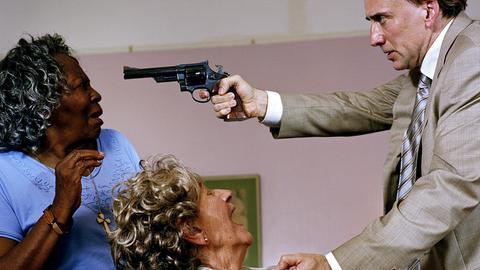 Um an Informationen zu kommen, bedroht Terence McDonagh (Nicolas Cage) in einem Pflegeheim die alte Antoinette (Lauren Swinney) und deren Pflegerin Binnie (Irma P. Hall, li.).