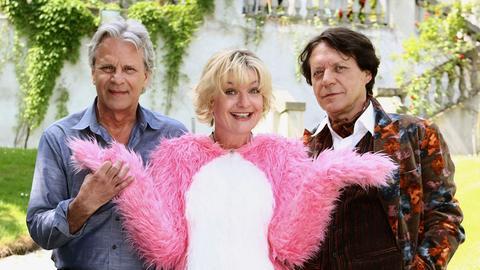 Durch einer Intrige Viviens (Barbara Philipp, hinten) will Harry (Helmut Berger) seine Haushälterin Rosa (Saskia Vester) entlassen.