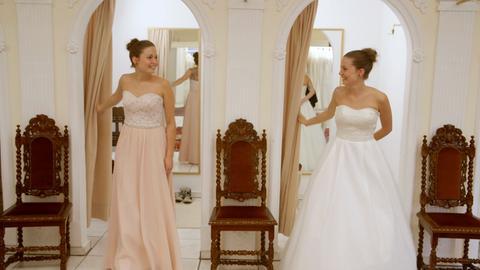 Braut Lizza mit iher Zwillingsschwester Diana als Trauzeugin.