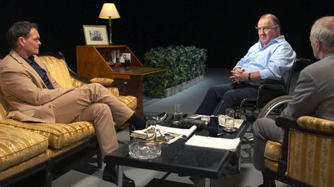 Am 12. Juli 1999 führten Rafael Seligmann und Michael Stoessinger das letzte große Interview mit Ignatz Bubis vor dessen Tod – (v. l. n. r.) Victor Tremmel als Michael Stoessinger, Udo Samel als Ignatz Bubis, Falk Rockstroh als Rafael Seligmann.