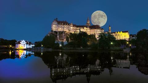 Nachtaufnahme des Schlosses Sigmaringen bei Mondschein.